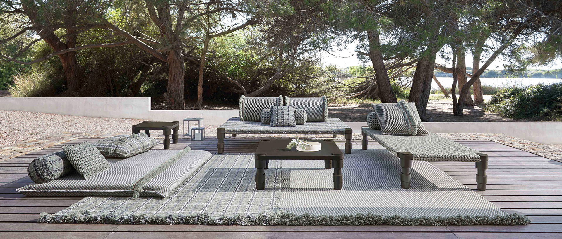 GARDEN LAYER de PATRICIA URQUIOLA, toute une collection outdoor de daybed, tapis, coussins, matelas